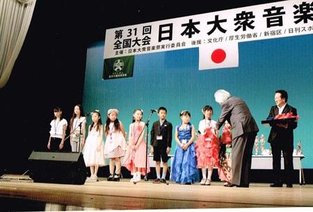 柴田実行委員長による記念品の贈呈。